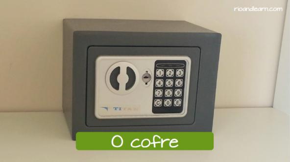 La caja fuerte en portugués: O cofre.