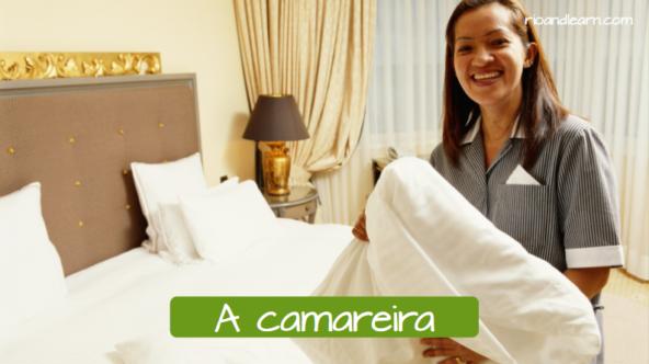La mujer de la limpieza de un hotel en portugués: A camareira.