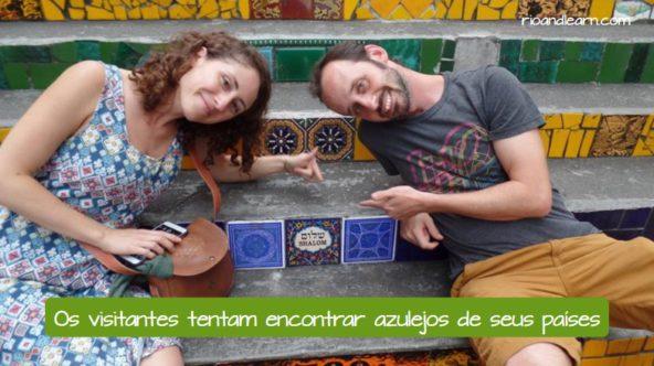 Escadaria Selarón no Rio de Janeiro. Os visitantes tentam encontrar azulejos de seus países.