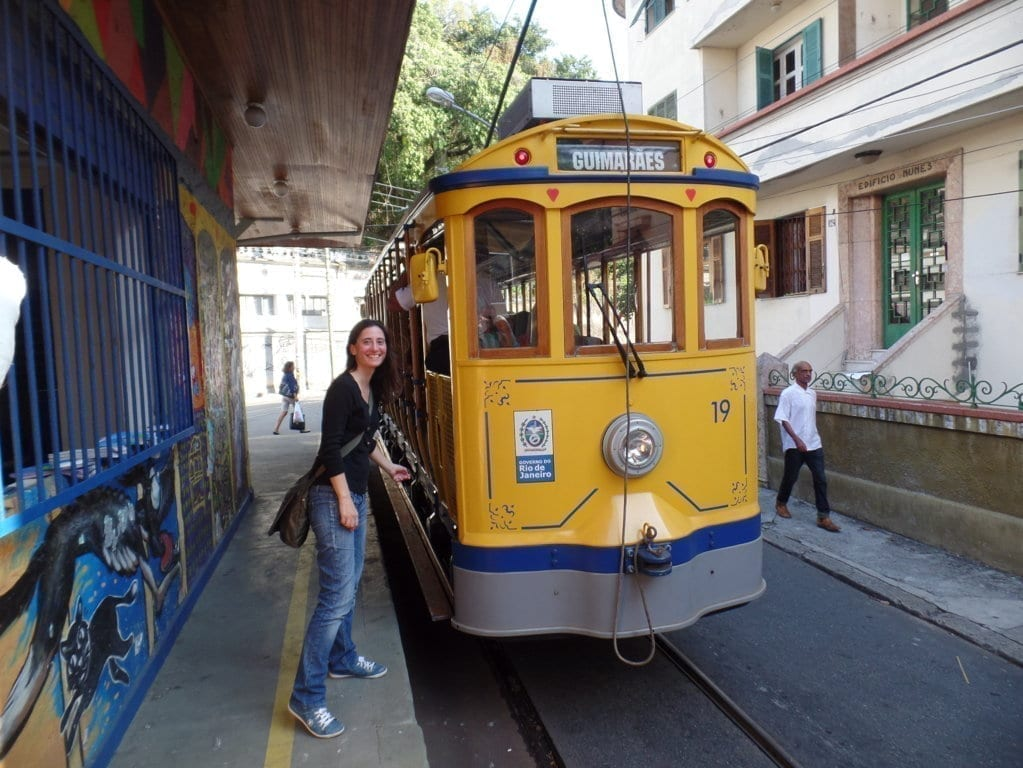 Tranvia antiguo de Santa Teresa en Río de Janeiro con chica sonriendo.