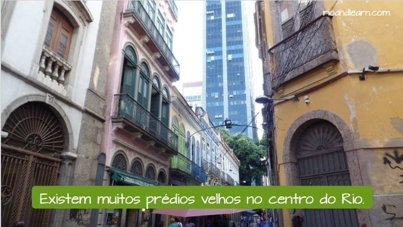 What does velho mean in Portuguese. Existem muito prédios velhos no centro.