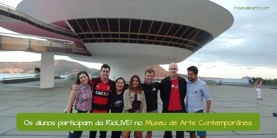 Oscar Niemeyer Museum in Niterói. Os alunos participam da RioLIVE! no Museu de Arte Contemporânea,