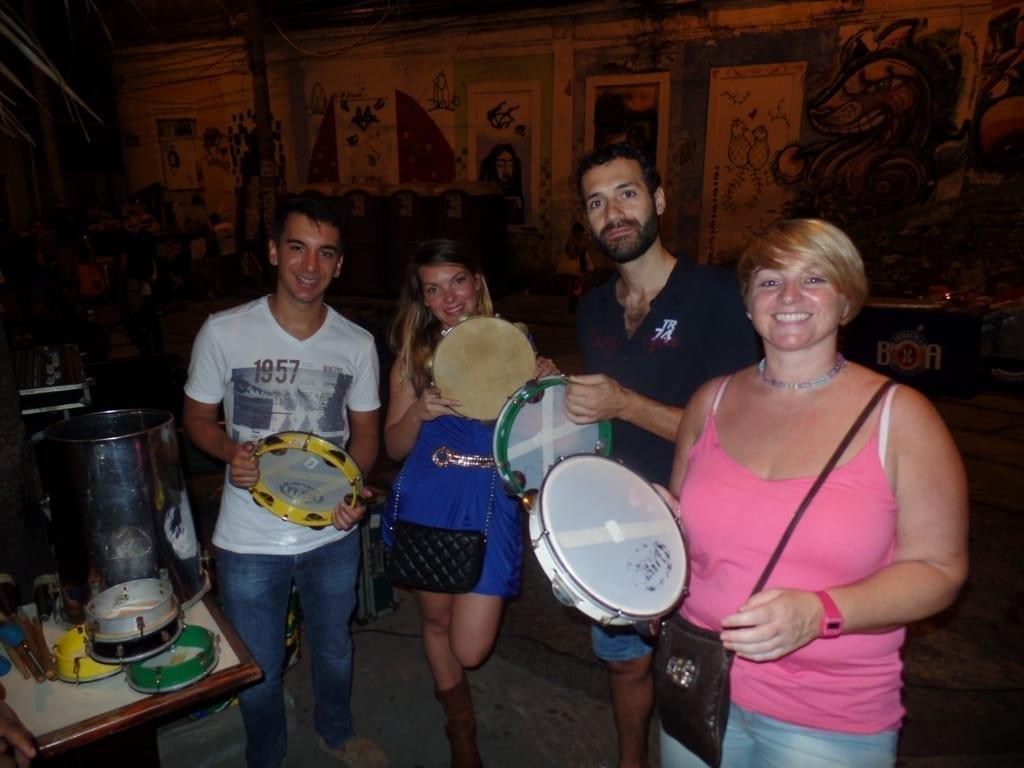 Estudiantes tocando samba en Pedra do Sal