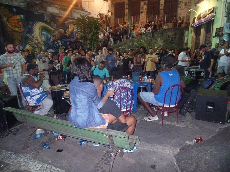 A galera reunida pra uma noite de Samba na Pedra do Sal.