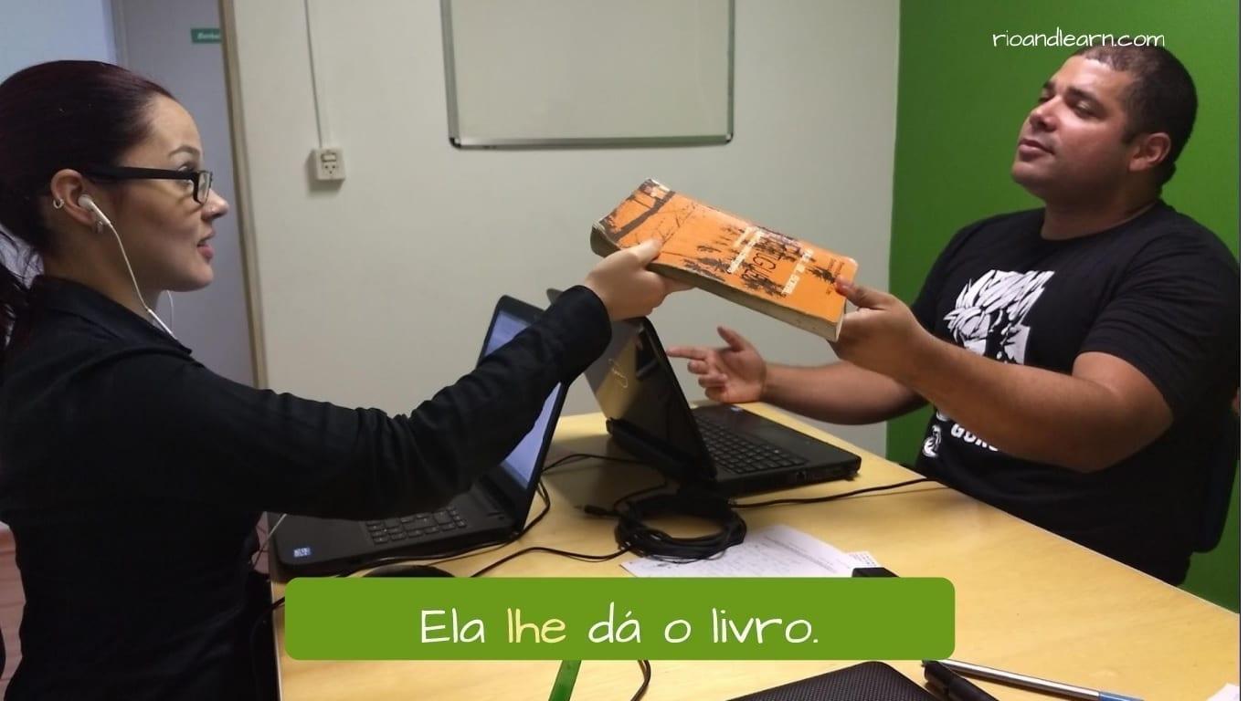 Ejemplo con el pronombre oblicuo en portugués lhe: Ela lhe dá o livro.