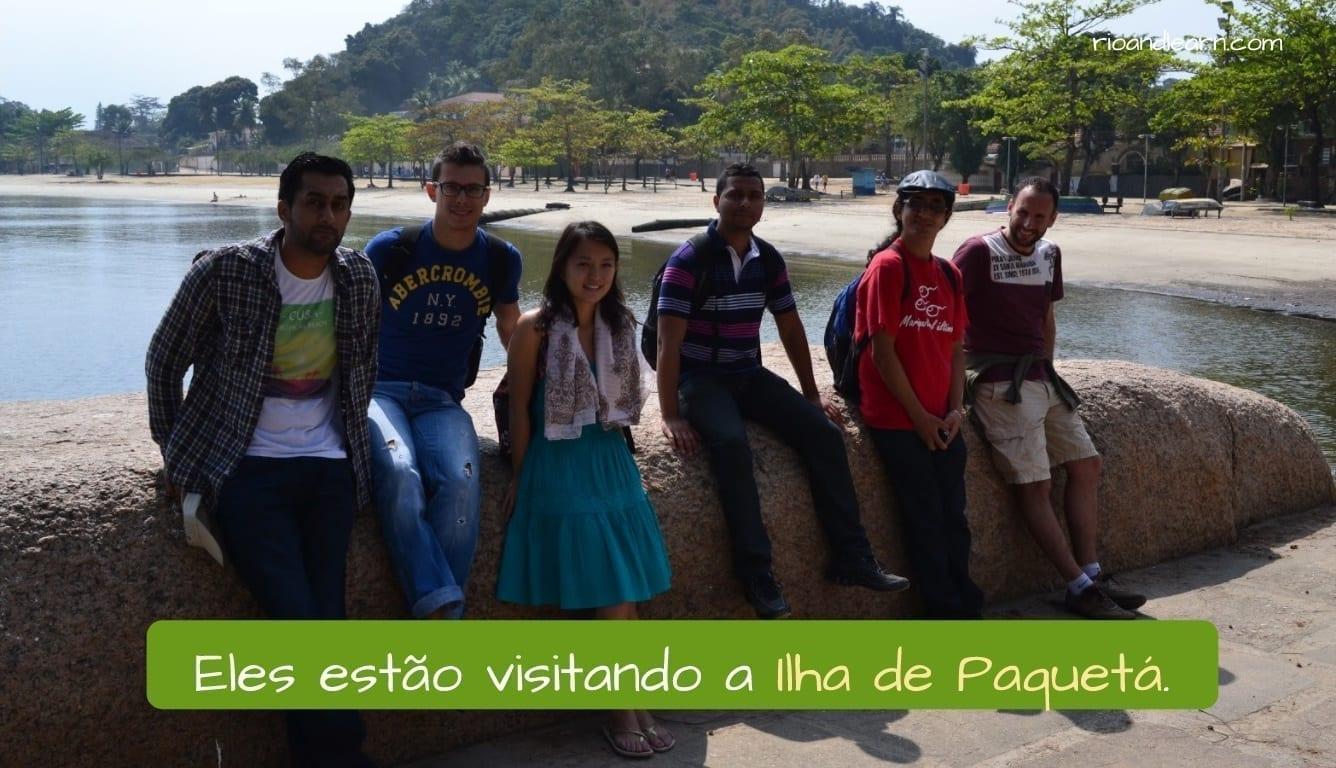 Paquetá Island in Brazil. Eles estão visitando a Ilha de Paquetá