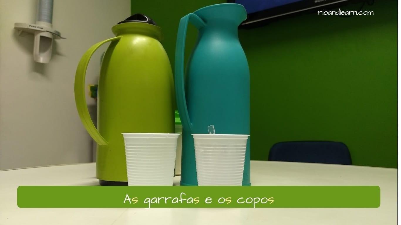 Ejemplo del plural en portugués: As garrafas e os copos.