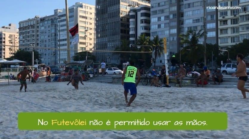 Brazilian Footvolley. No Futevôlei não é permitido usar as mãos.