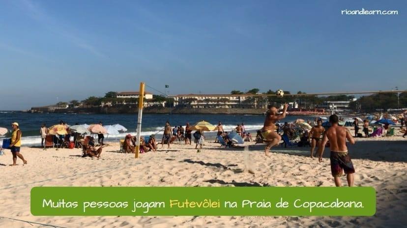 Brazilian Footvolley. Muitas pessoas jogam Futevôlei na Praia de Copacabana.