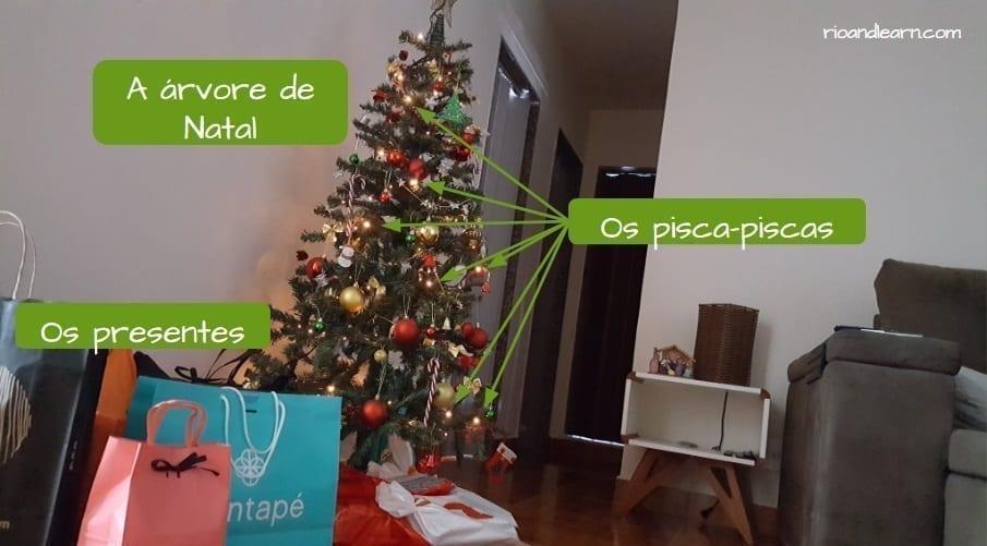 Christmas in Brazil. Os presentes, a árvore de Natal e os pisca-piscas.