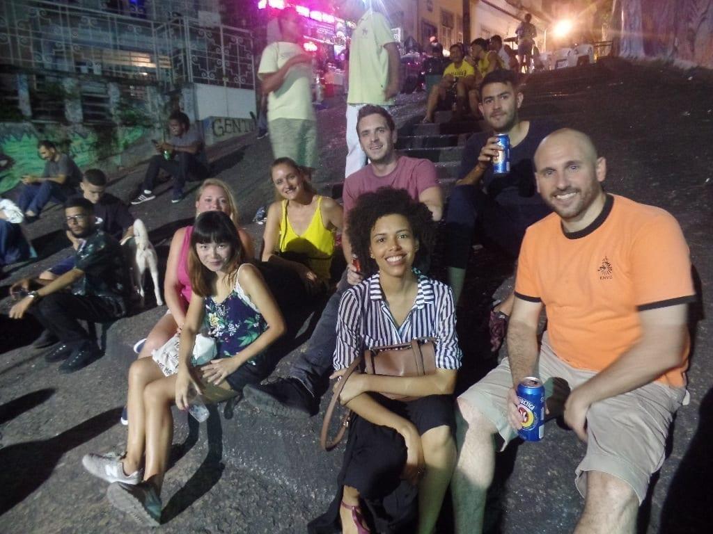 Disfrutando desde las escaleras el samba al vivo en Pedra do Sal.