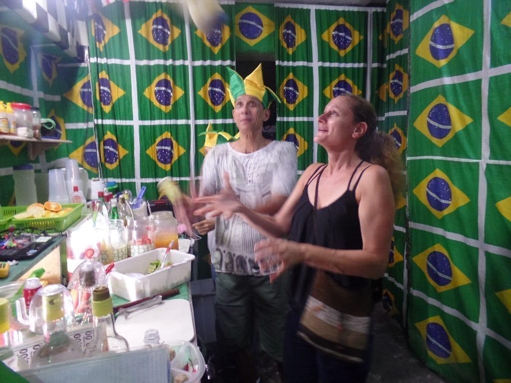 A preparação da bebida mais famosa do Brasil.