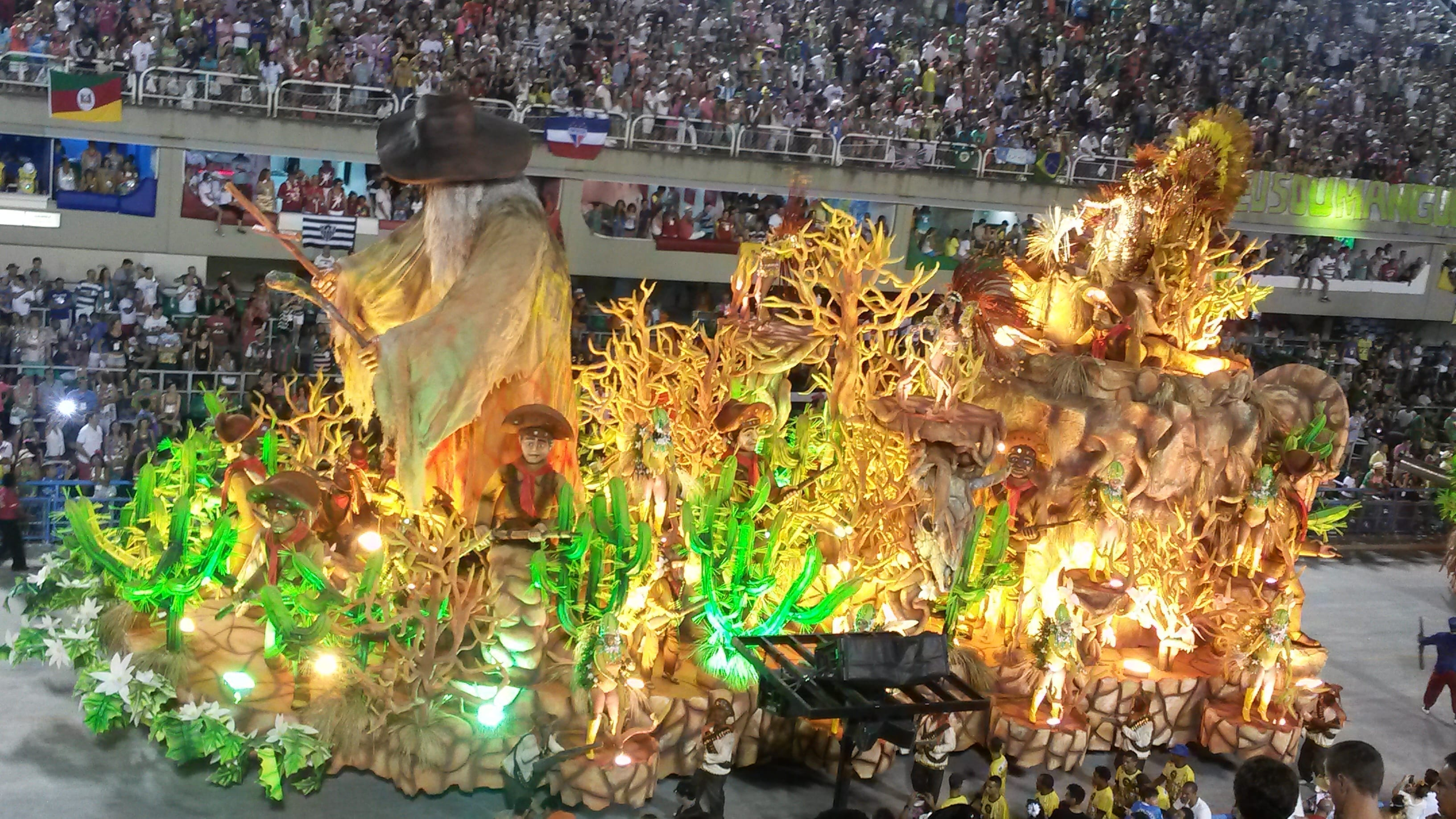 Ingressos para Carnaval no Rio de Janeiro. Carro alegórico passando pela avenida mostrando a beleza do Carnaval.