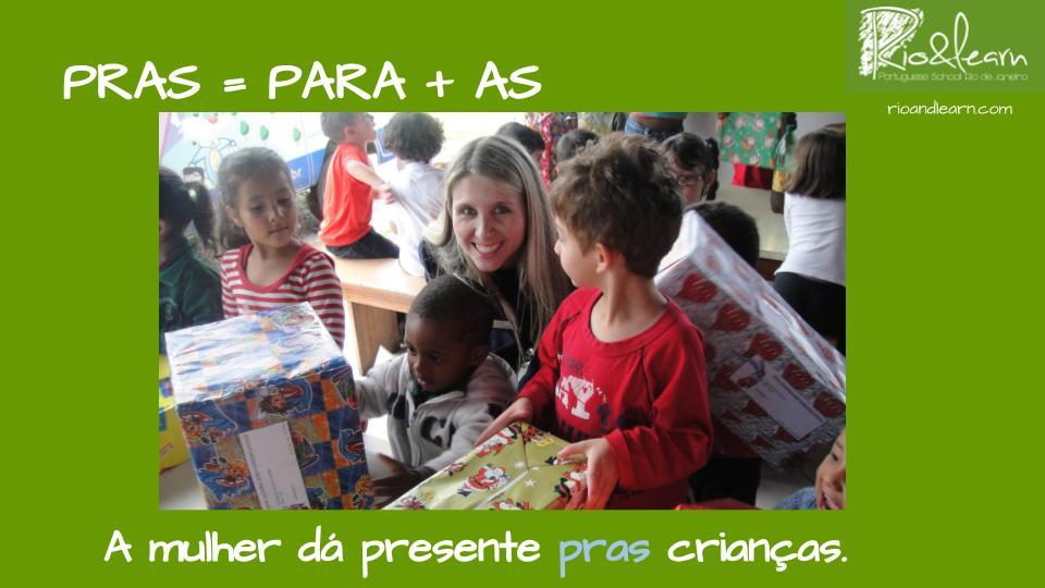 Para ou pra em Português. A mulher dá presente pras crianças.