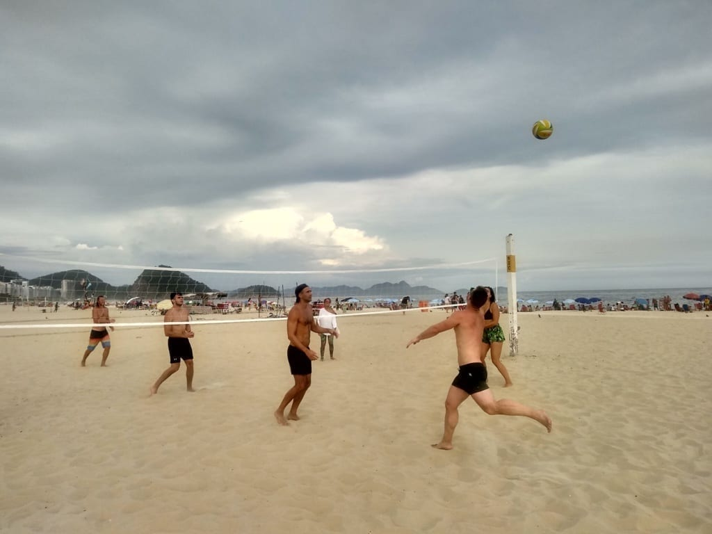 Nubes y beach volley en Copacabana.