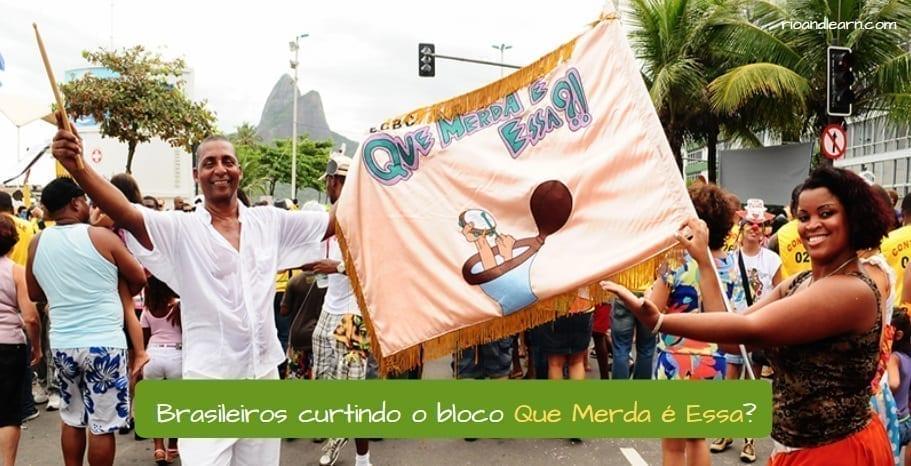 Brasileños divirtiéndose con el bloco Que Merda é essa?