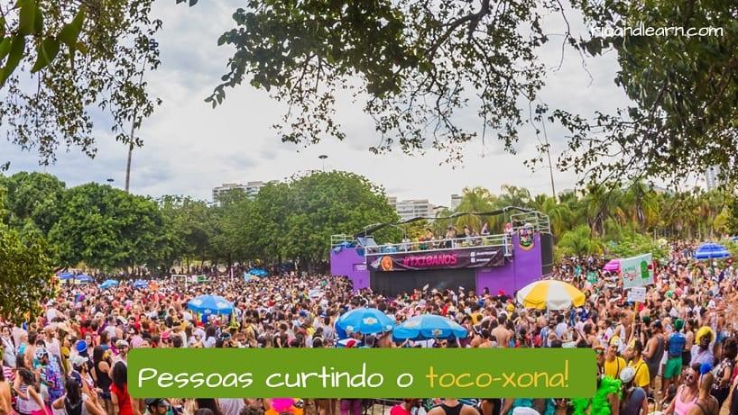 Personas disfrutando del bloco de Río toco-xona.