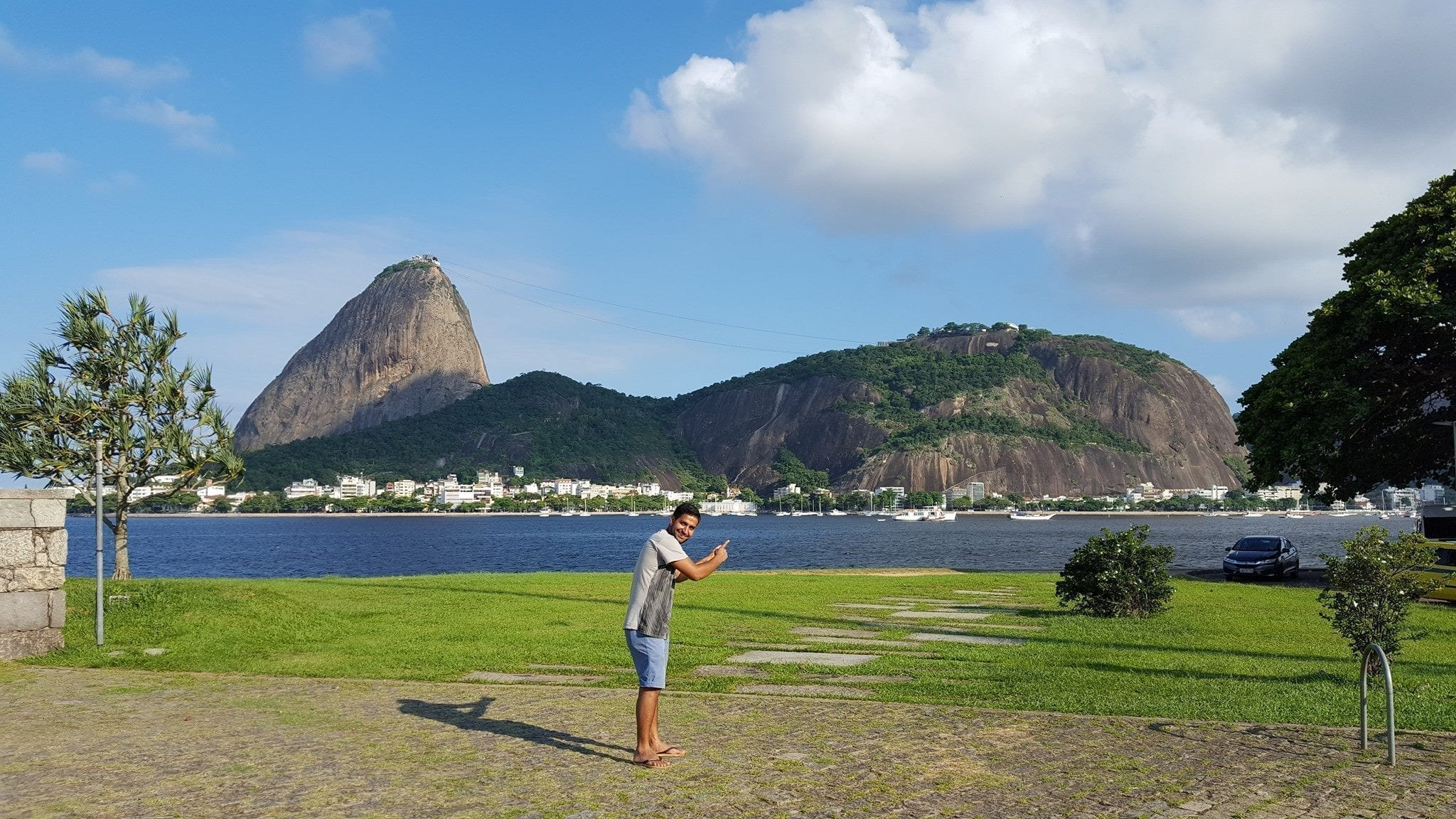 Relaxing walk by the shore. View of Pão de Açúcar from Botafogo.