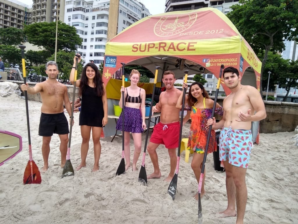 Foreigners practicing paddle surf.