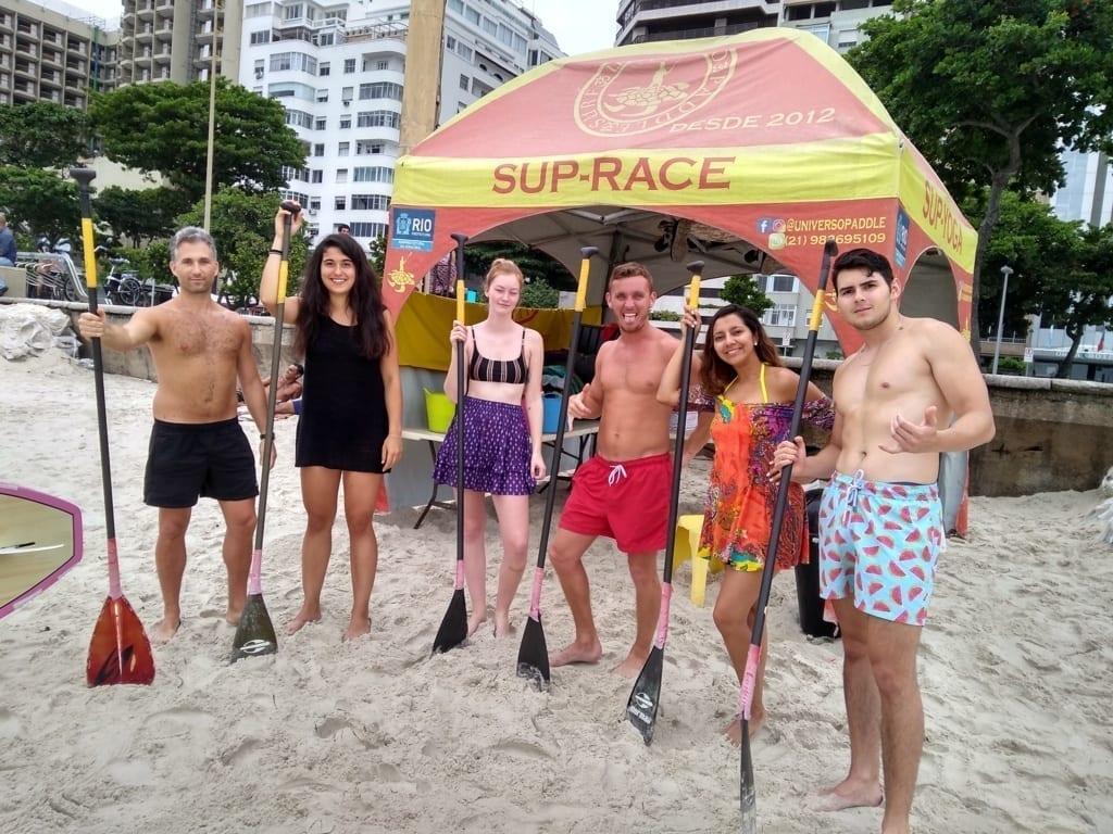 Estrangeiros praticandopaddle surf.