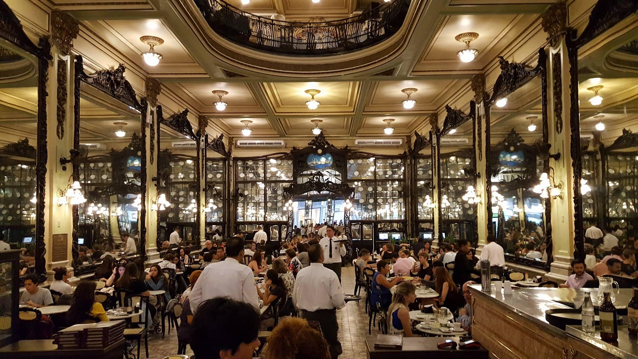 Tarde en un café histórico de Río de Janeiro.
