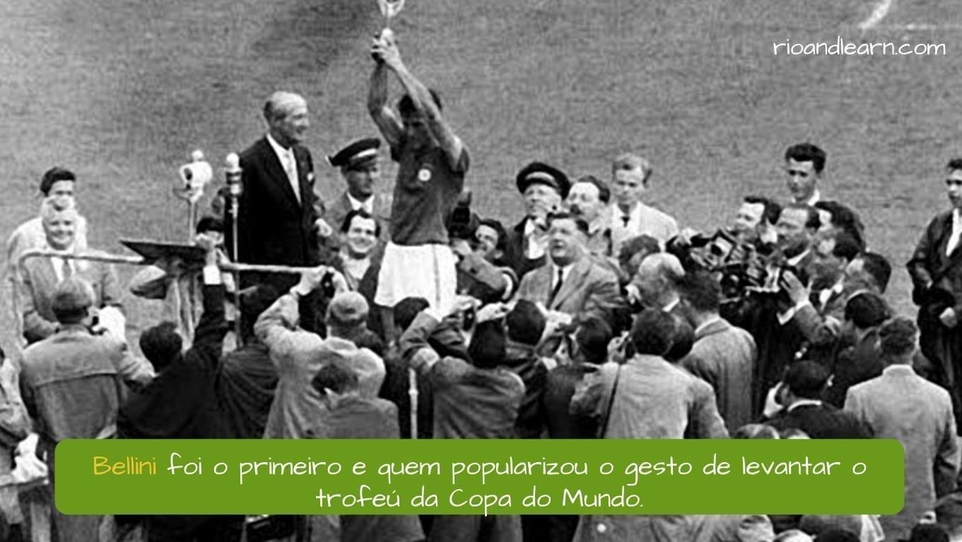 1958 World Cup. Bellini foi o primeiro e quem popularizou o gesto de levantar o trofeú da Copa do Mundo.