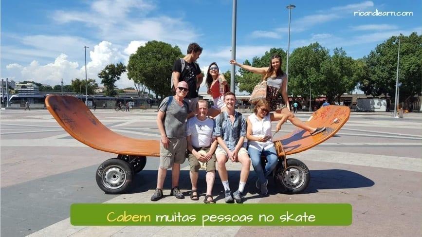 Verbo Caber en Portugués. Cabem muitas pessoas no skate