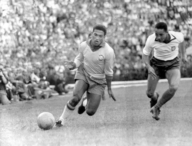 Garrincha. Garrincha driblando com a bola em um amistoso contra Portugal, em 6 de maio de 1962.