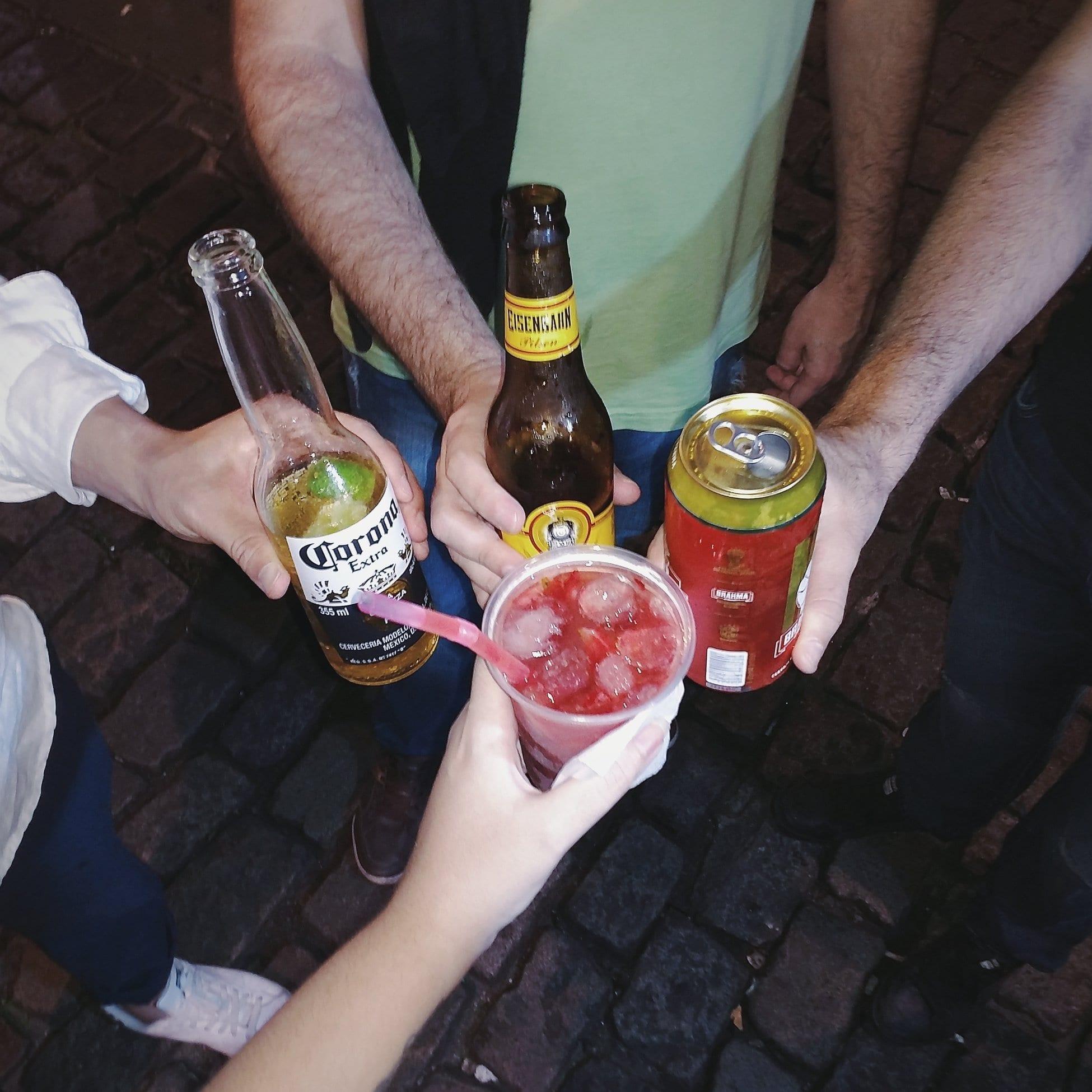 Diferentes bebidas para la noche.