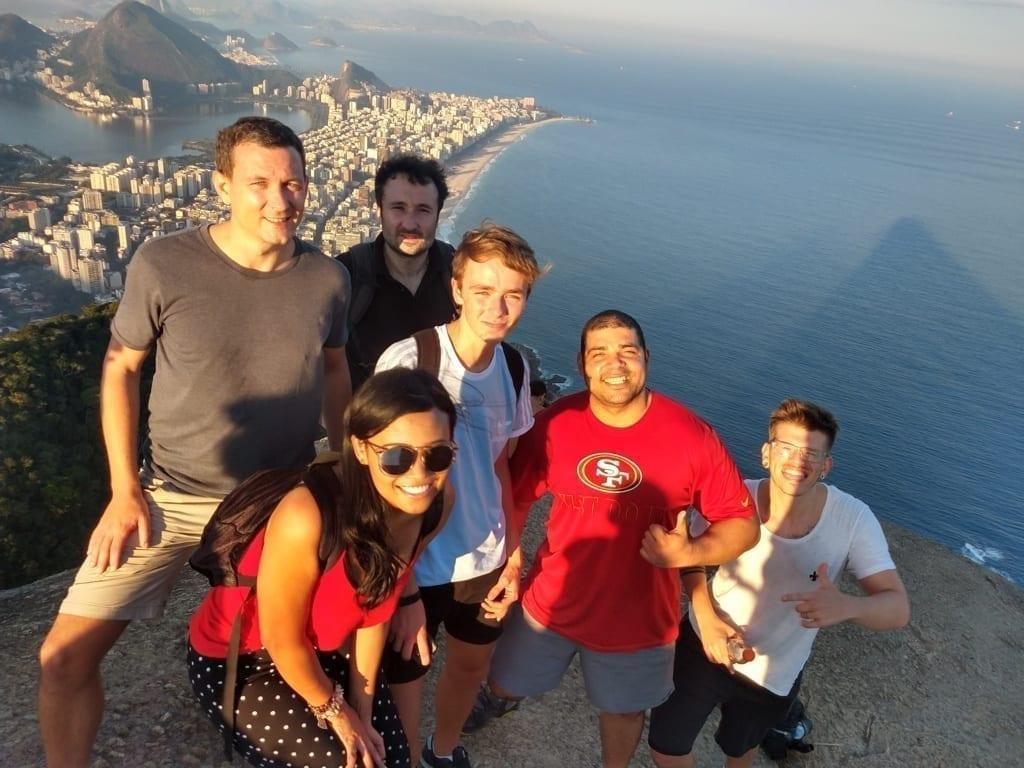 Estudiantes de portugués y exploradores conquistando el Morro Dos Hermanos de Río de Janeiro.