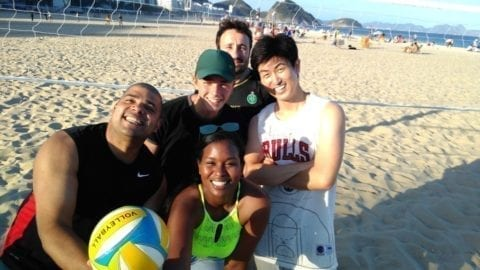 La banda del Beach volley jugando en Copacabana.