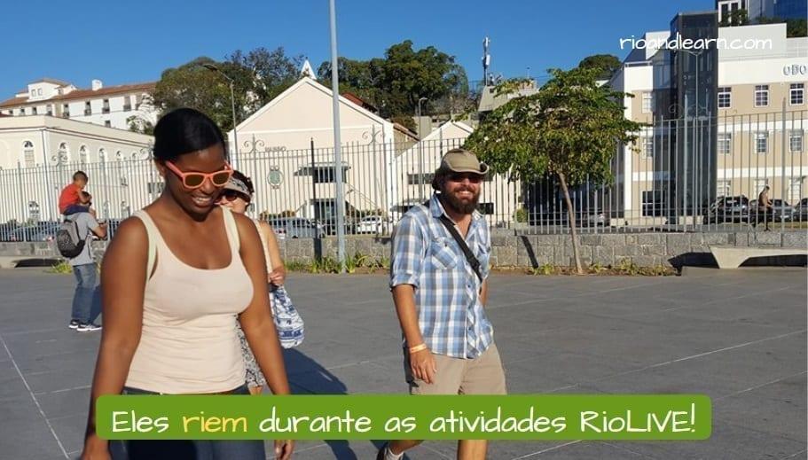 Rir in Portuguese. Eles riem durante as atividades RioLIVE!