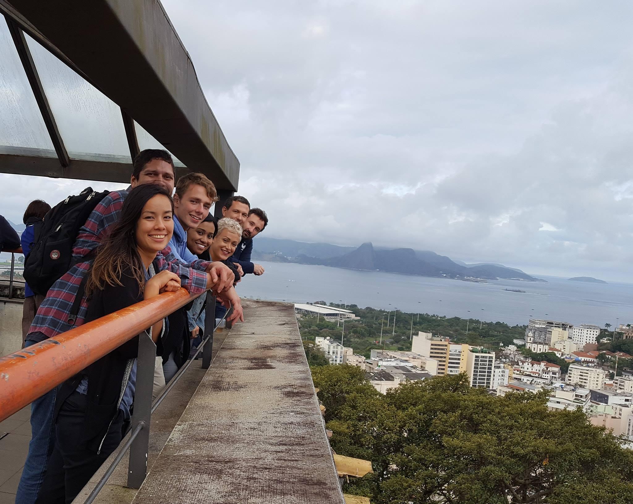 Un poco nublado pero aún una vista increíble. Cumbre del Parque de las Ruínas en Rio de Janeiro.