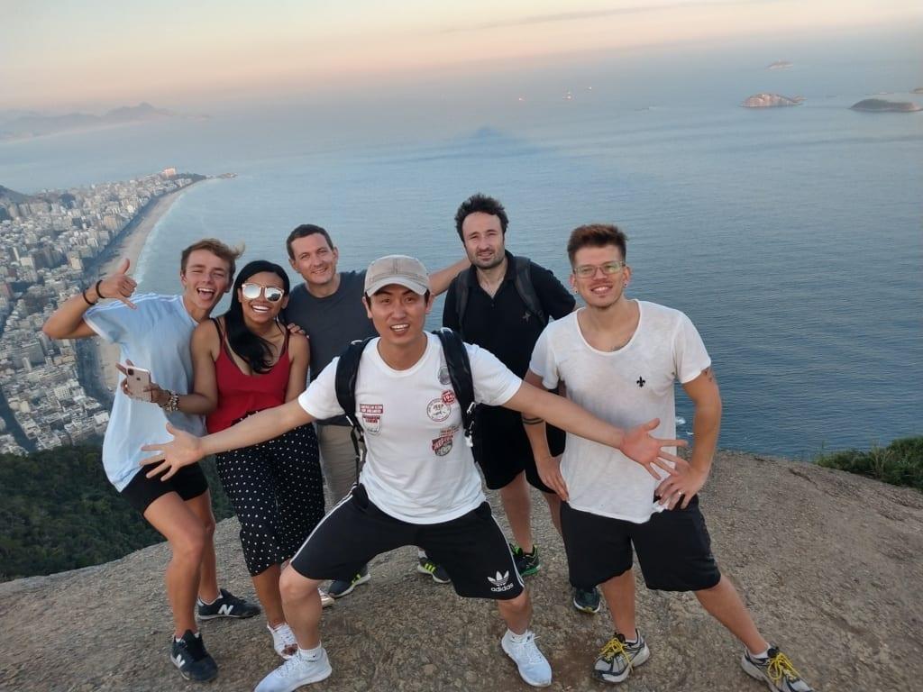 Conquistando o Morro Dois Irmãos. Tourists visiting Dois Irmãos