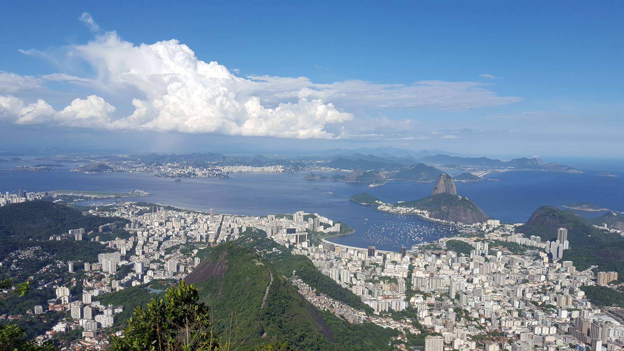 Cidade Maravilhosa! Vista do Rio de Janeiro a partir do topo do Corcovado.