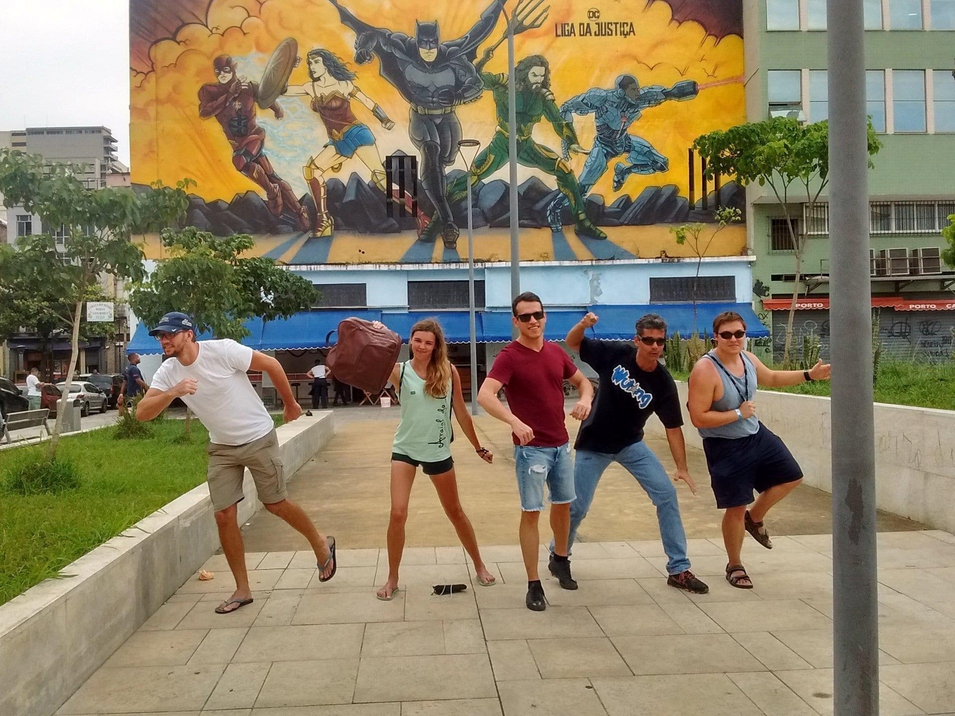 Imitando a la Liga de la Justicia en Río de Janeiro en frente al Graffiti de la Liga de la Justicia.