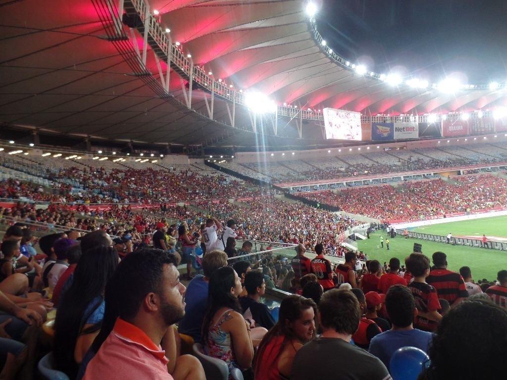 Personas viendo fútbol en Maracaná con seguidores del Flamengo.