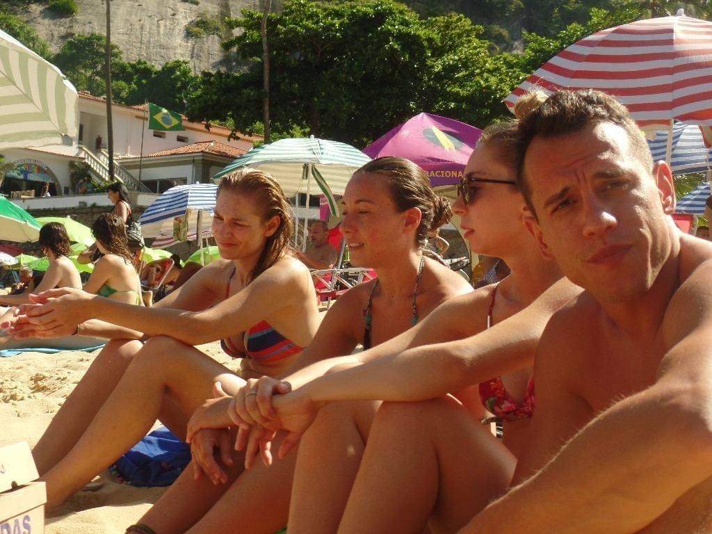 Cuatro estudiantes de portugués para extranjeros en la Playa Vermelha de Río de Janeiro.