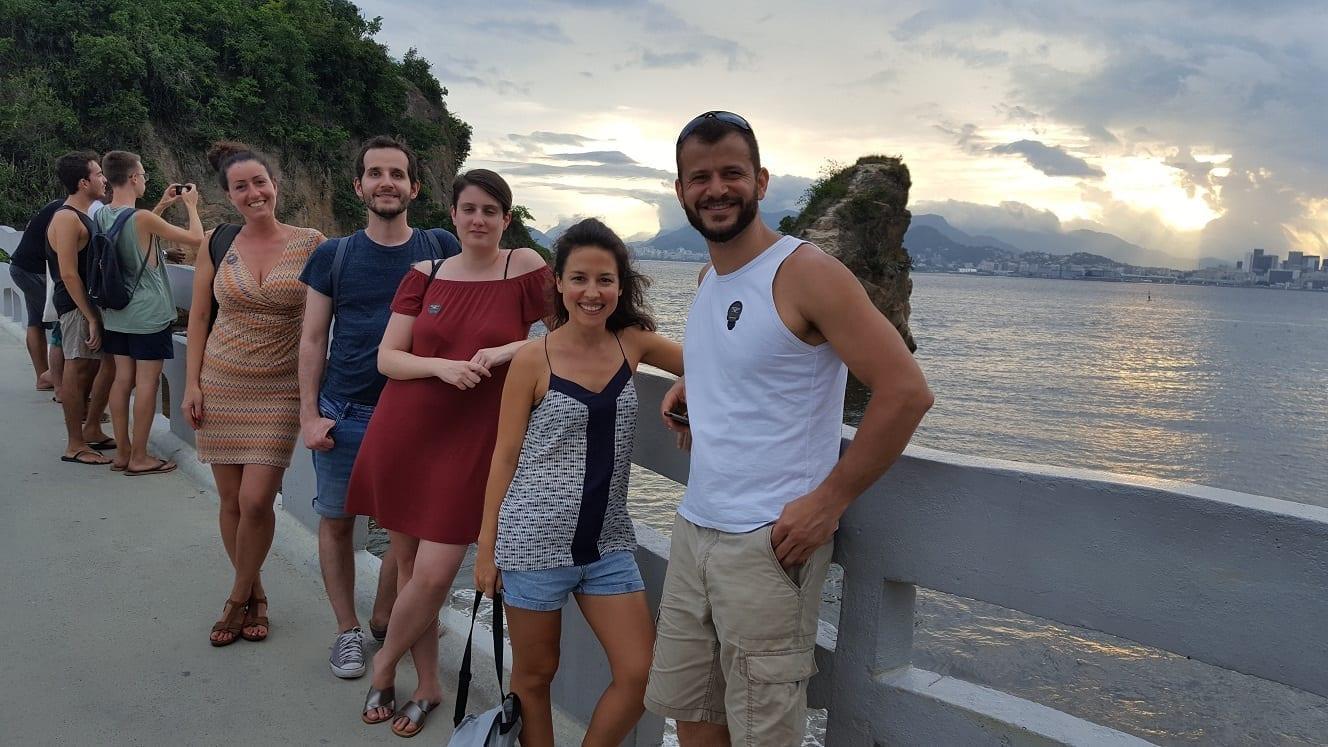 Estudiantes pasando la tarde en Niterói con el crepúsculo y Río de Janeiro al fondo.