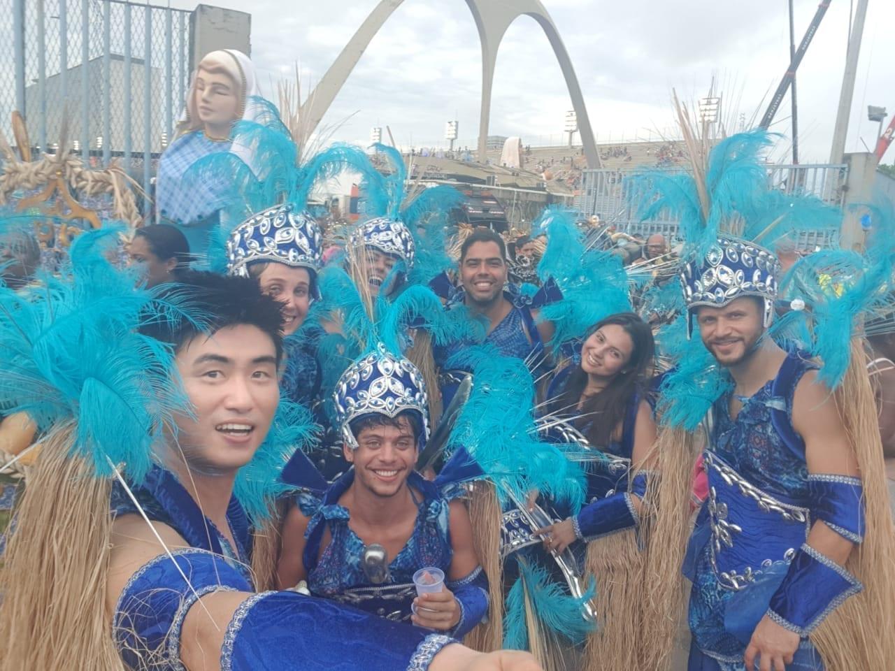 Estudantes ao fim do desfile do Carnaval do Rio 2019.