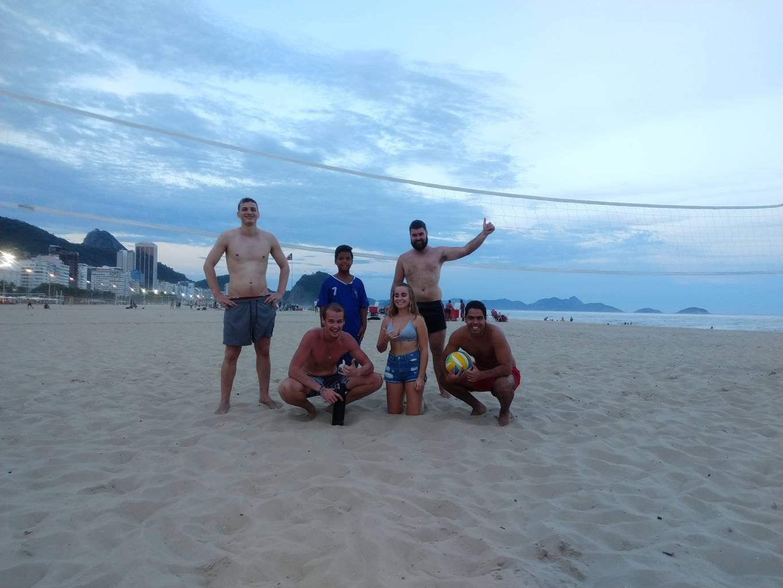 La escuadra del Beach Volley posando.