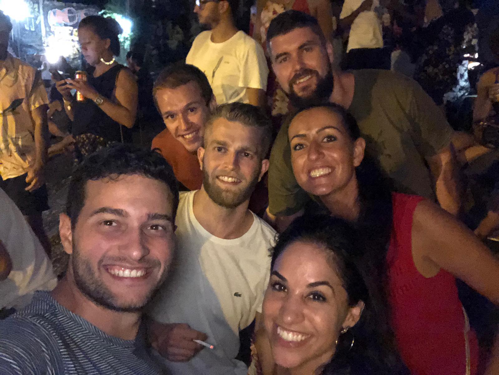 Grupo de estudiantes de diferentes países haciendo uns selfie por la noche.