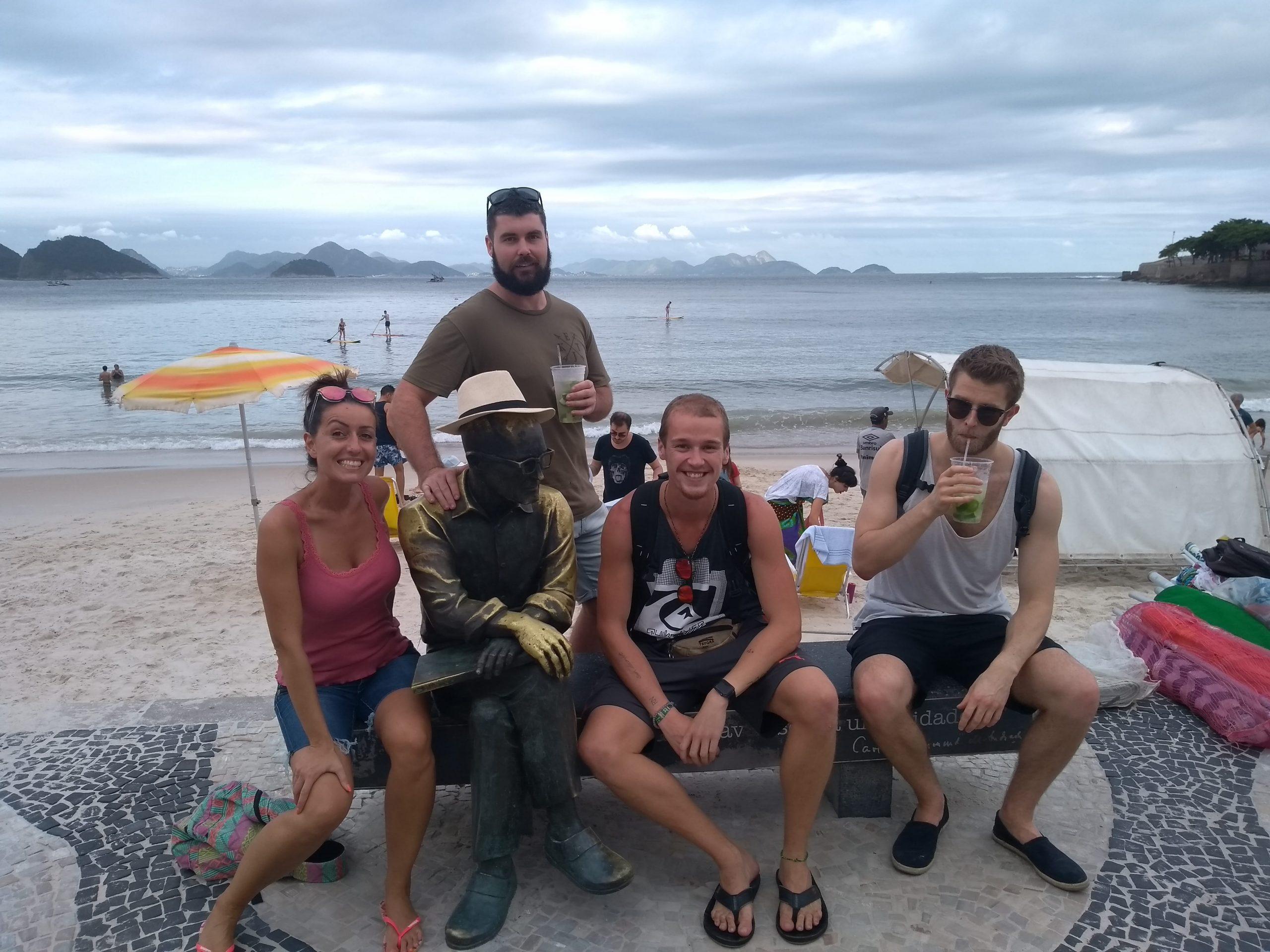 Gringos con la estatua del poeta Drummond en Copacabana y con la estatua con un sombrero.