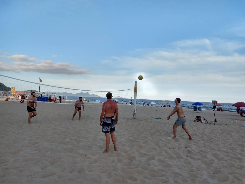 Jugando a beach volley con una bola mágica en Copacabana.