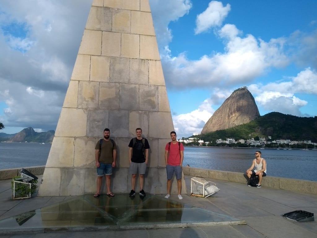 Estudiantes en el Monumento a Estácio de Sá.