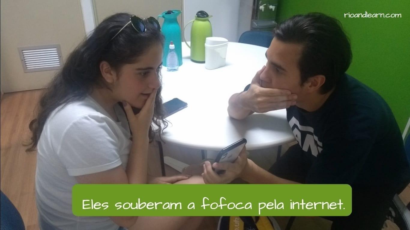 Ejemplo con el pasado del verbo saber en portugués: Eles souberam a fofoca pela internet.
