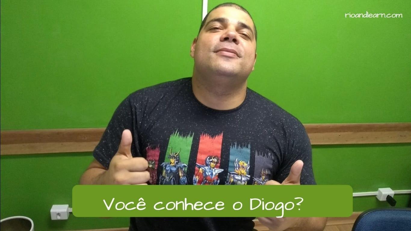 Ejemplo con conocer en Portugués: ¿Conoces a Diogo?