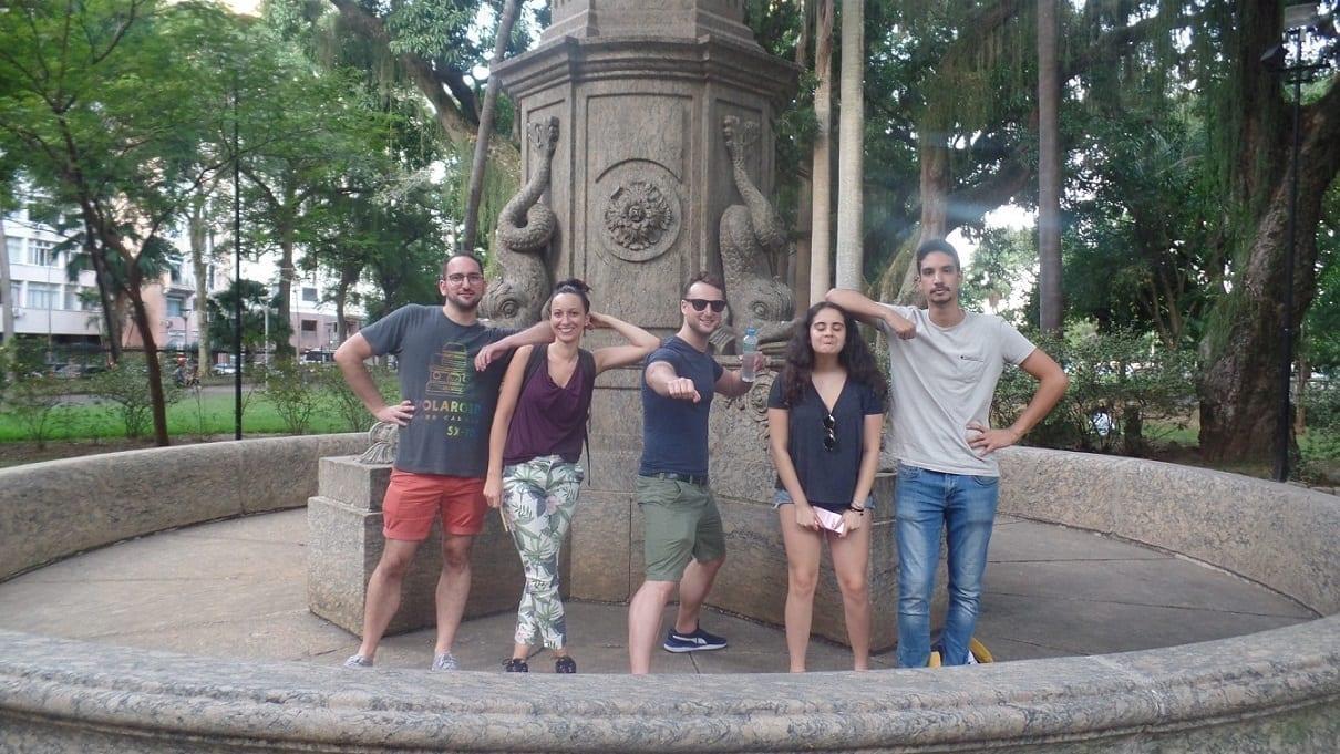 Estudiantes divirtiéndose dentro de una fuente vacía en el Parque de Catete de Río de Janeiro.
