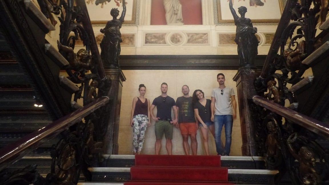 Estudiantes posando en las escaleras del Palacio de Catete.