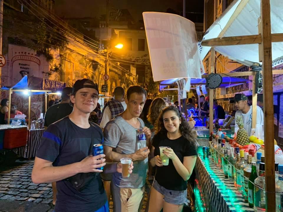 Estudiantes bebiendo Caipirinha y cerveza el viernes por la noche.